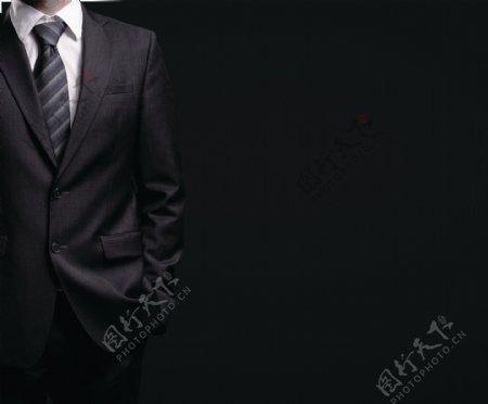 黑色背景前的男人局部图片