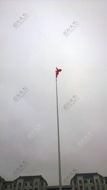 迎风猎猎的五星红旗图片