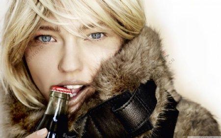 喝可乐的欧洲美女图片
