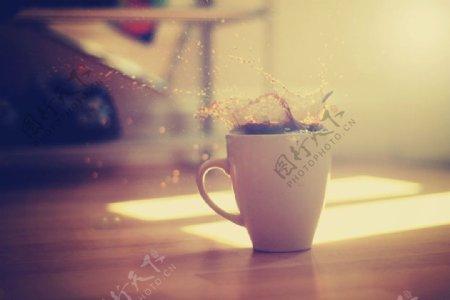 杯咖啡飞溅地板高清网站背景