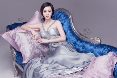躺豪华沙发上的美女范冰冰图片图片