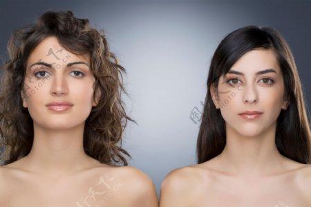 卷发印度美女和长发欧美美女图片