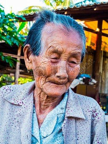 伤心的老奶奶