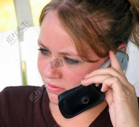 伤心打电话的女人