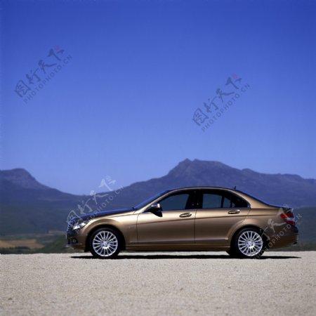 山峰风景与轿车图片
