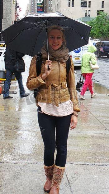 一位打伞的欧洲美女