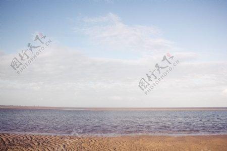 蓝天下波光粼粼的海滩