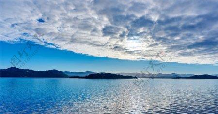 波光潋滟的湖泊