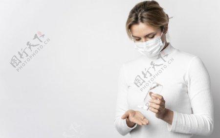 医生演示正确使用洗手液