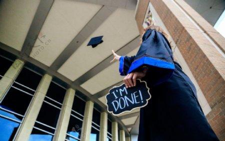 毕业生抛学士帽