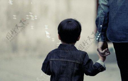 父亲节温馨牵手孩子背影