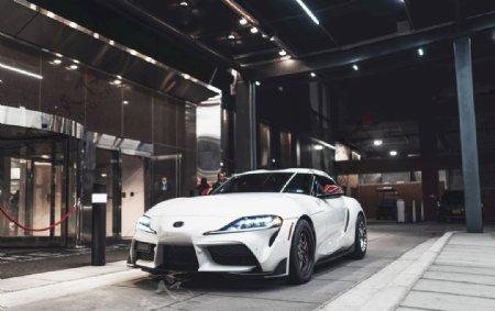 白色丰田轿车