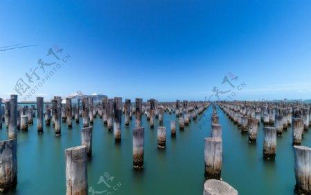 大海天空海水木桩风景图片