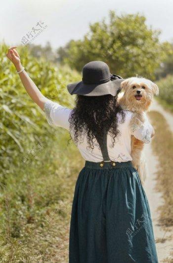 抱着小狗的女士图片
