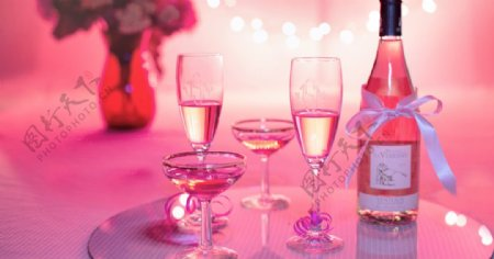 明确玻璃瓶酒杯粉红葡萄酒图片