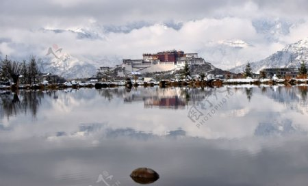 雪后布达拉宫图片