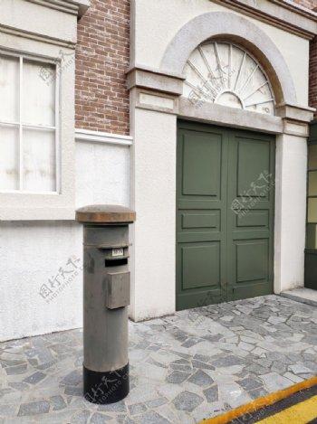 欧美风建筑街头邮筒图片