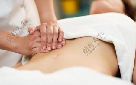 双手按摩女性腹部图片