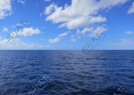 大海蓝天海水图片