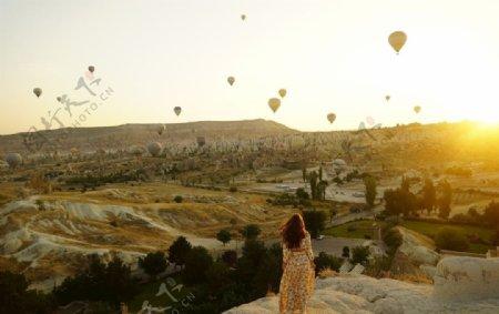 看热气球的女性图片