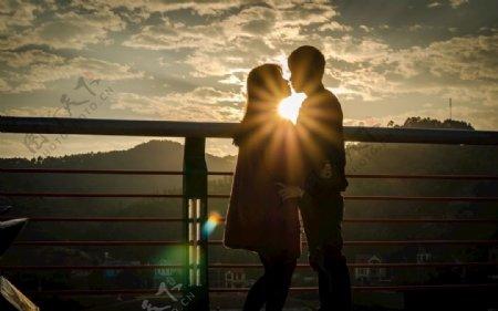 阳光下的情侣图片