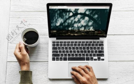 喝咖啡工作图片