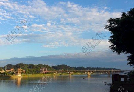 河畔阳光图片