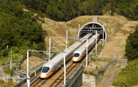 行驶中的高铁列车图片