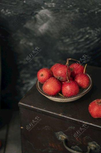 暗调风格水果山楂冬季美食摄影图图片